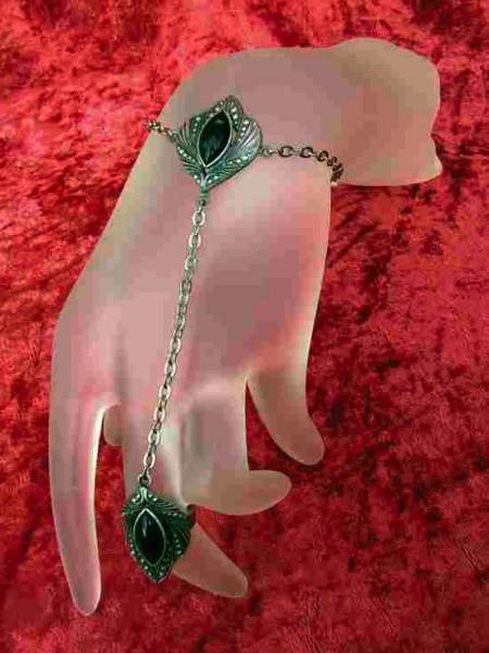Armband mit Ring und Stein