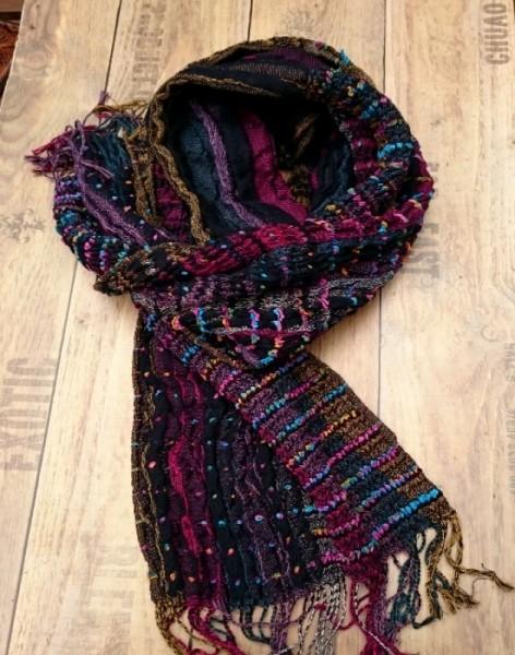 Schal in bunten Farben gestrickt