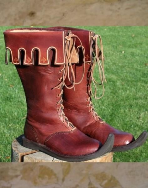 Stiefel mit verzierten Stulpen