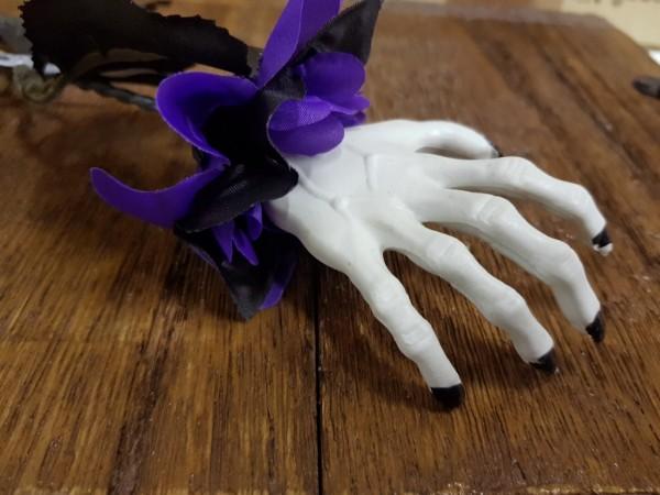 Skeletthand an Rose